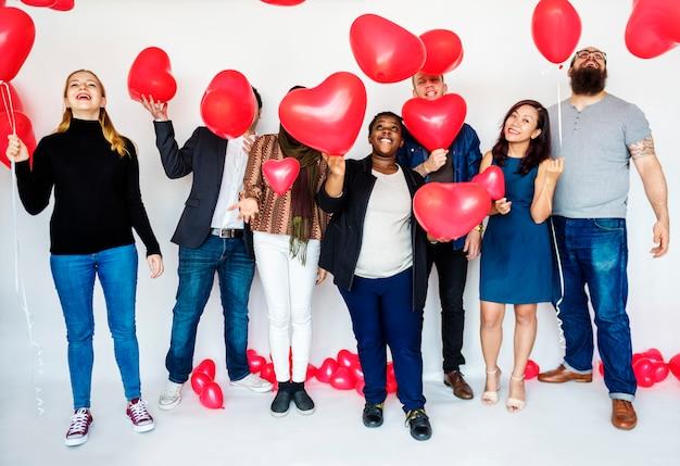 Groupe de personnes diverses tenant des ballons joyeux