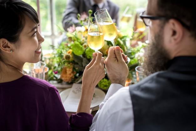 Groupe de personnes diverses tricotant des verres à vin ensemble