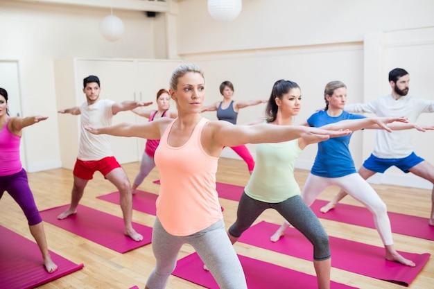 Groupe de personnes effectuant des exercices d'étirement