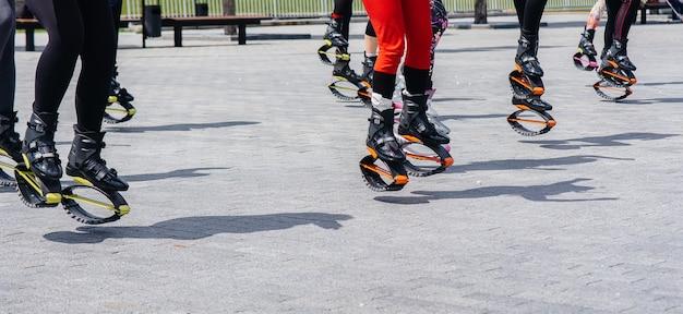 Groupe de personnes engagées dans l'aérobic en plein air