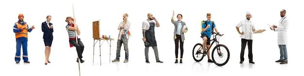 Groupe de personnes exerçant différentes professions sur le mur blanc du studio