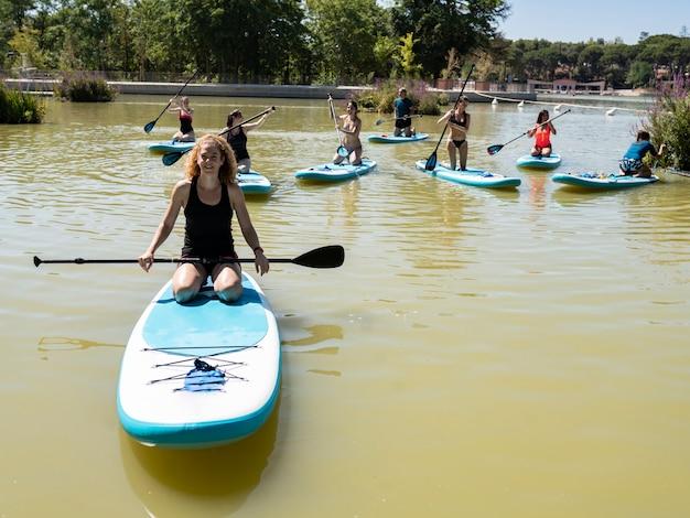 Groupe de personnes faisant du paddle surf