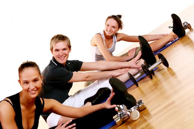 Groupe de personnes faisant des exercices de fitness