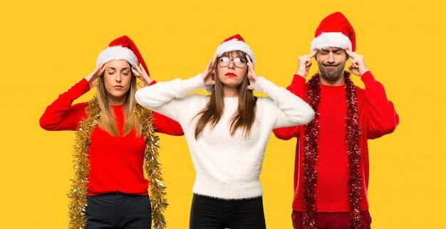 Un groupe de personnes une femme blonde habillée pour les vacances de noël, mécontente de quelque chose.