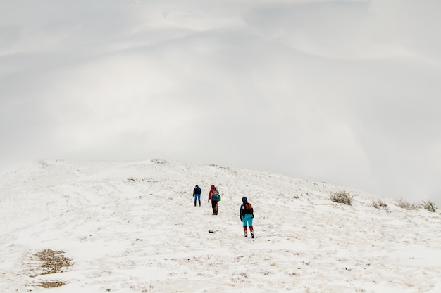 Un groupe de personnes grimpe le chemin jusqu'au sommet de la colline