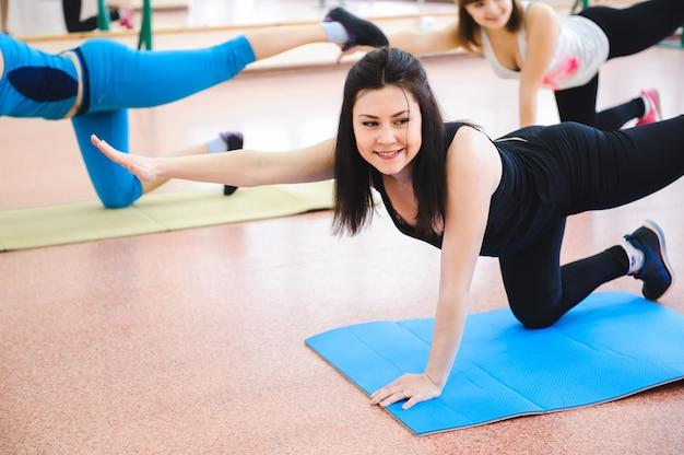 Groupe de personnes à la gym dans une classe d'étirement.