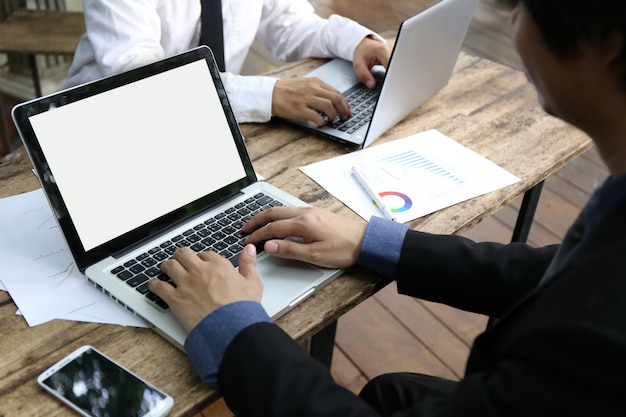 Groupe de personnes homme d'affaires banquier vue de dessus travaillant avec ordinateur portable