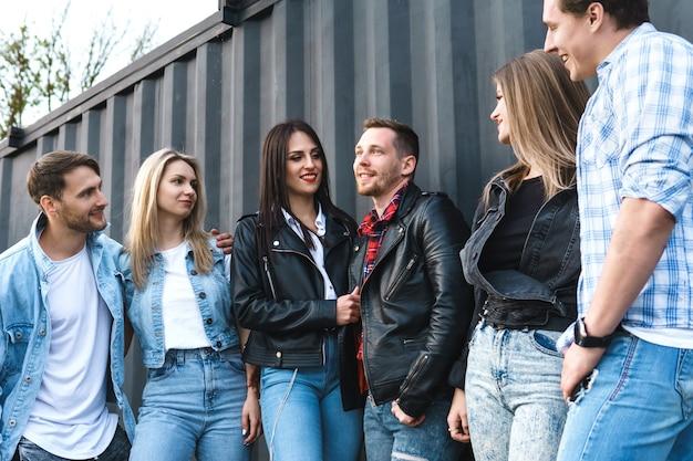 Groupe de personnes jeunes et élégantes lors d'une réunion dans une rue de la ville