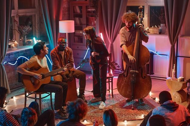 Groupe de personnes jouant des instruments de musique pour les personnes dans la boîte de nuit