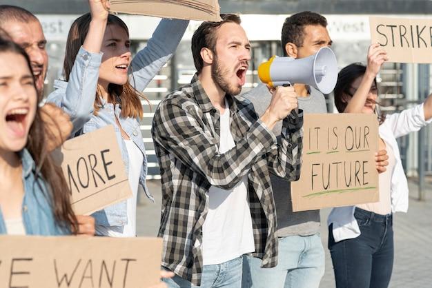 Groupe de personnes manifestant ensemble
