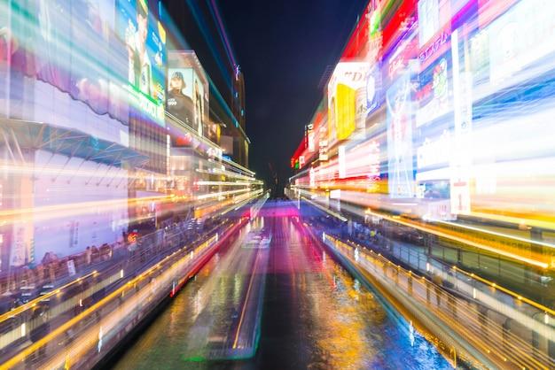 Groupe de personnes marchant au shopping au marché nocturne d'osaka à osaka