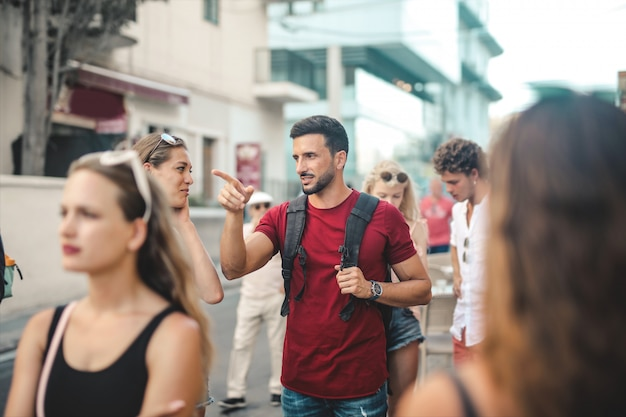 Groupe de personnes marchant dans la ville