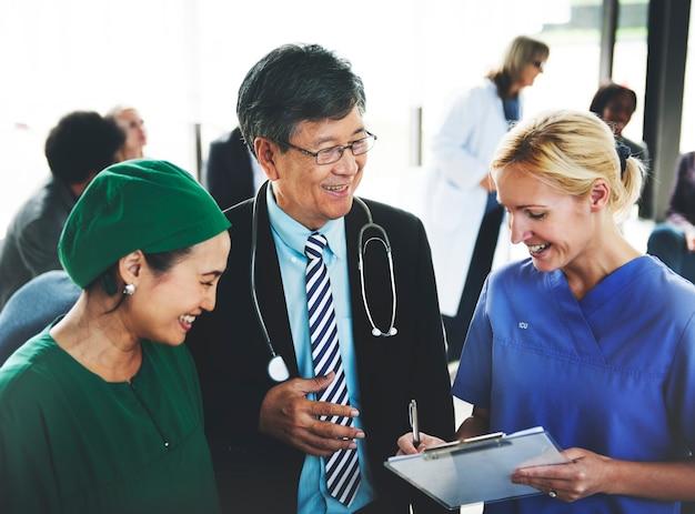 Groupe de personnes médicales ayant une réunion