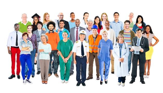 Groupe de personnes multiethniques à professions mixtes diverses