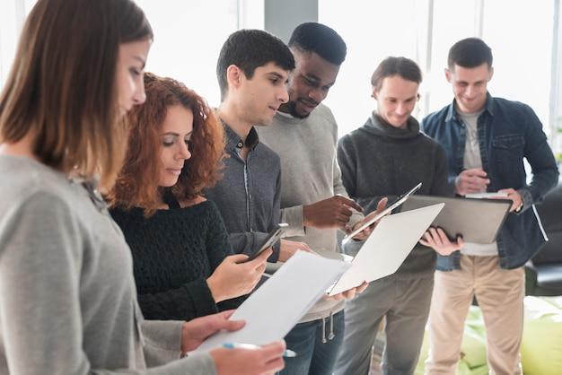 Groupe de personnes avec des ordinateurs portables