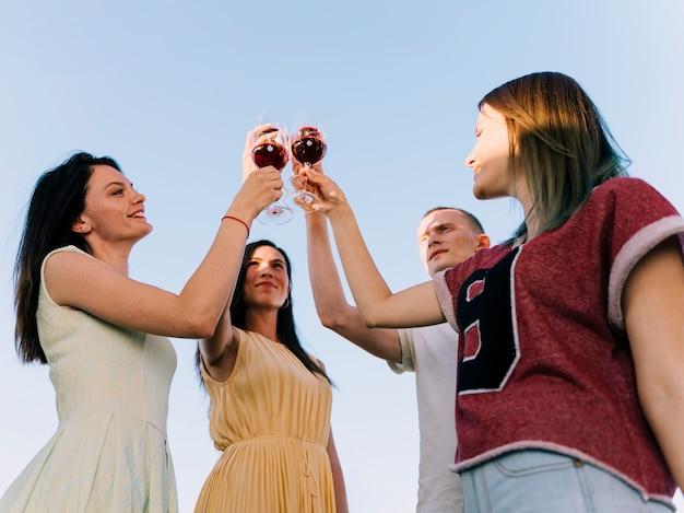 Groupe de personnes portant un toast au soleil