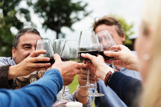 Groupe de personnes portant un verre à vin