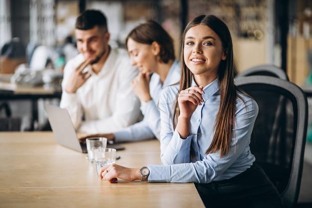Groupe de personnes préparant un plan d'affaires dans un bureau