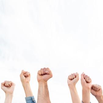 Groupe de personnes qui protestent ensemble