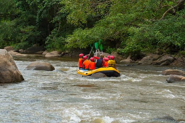Groupe de personnes rafting sur les rapides de maetaman