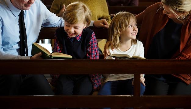 Groupe de personnes religieuses dans une église