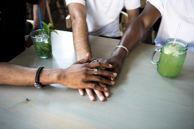 Groupe de personnes réunissant leurs mains
