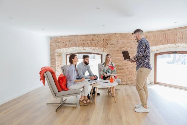 Groupe de personnes se communicant au bureau