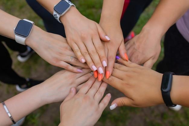 Groupe de personnes se soutenant mutuellement. concept sur le travail d'équipe et l'amitié.