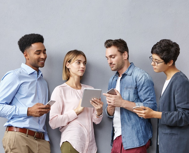 Groupe de personnes avec smartphones et tablettes