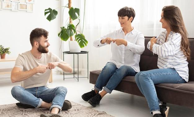 Groupe de personnes sourdes communiquant par la langue des signes