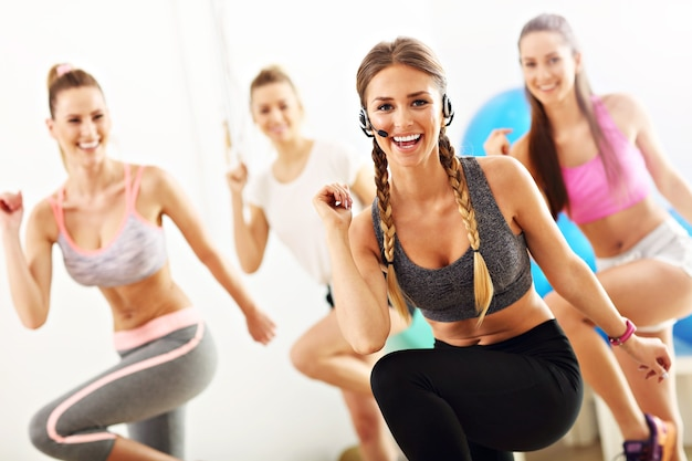 Groupe de personnes souriantes faisant de l'aérobic
