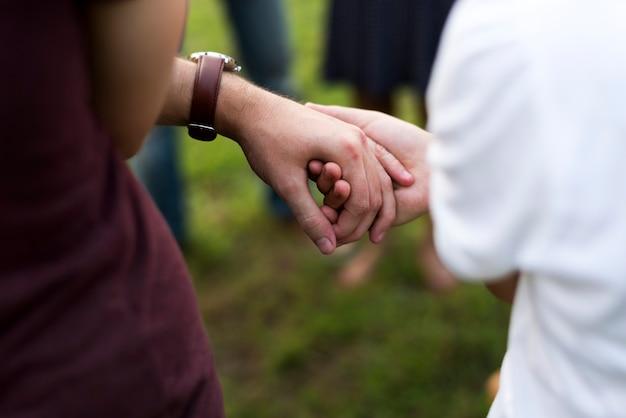 Groupe de personnes soutiennent l'unité bras ensemble