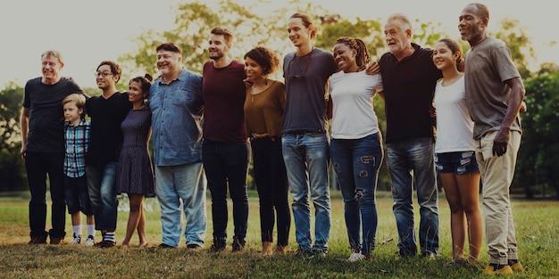 Un groupe de personnes soutient l'unité bras autour de soi