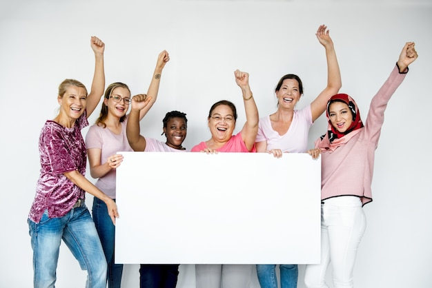 Groupe de personnes tenant une bannière