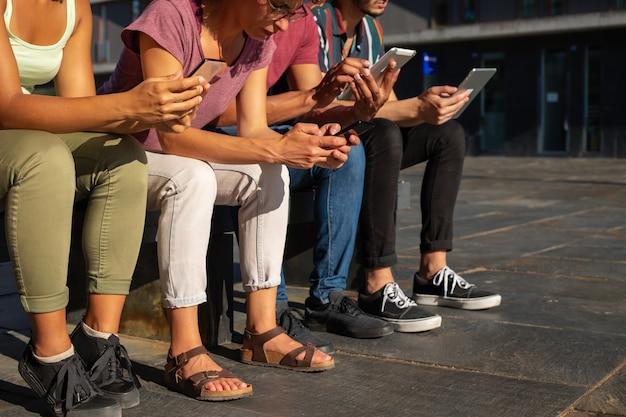 Groupe de personnes utilisant des gadgets en plein air