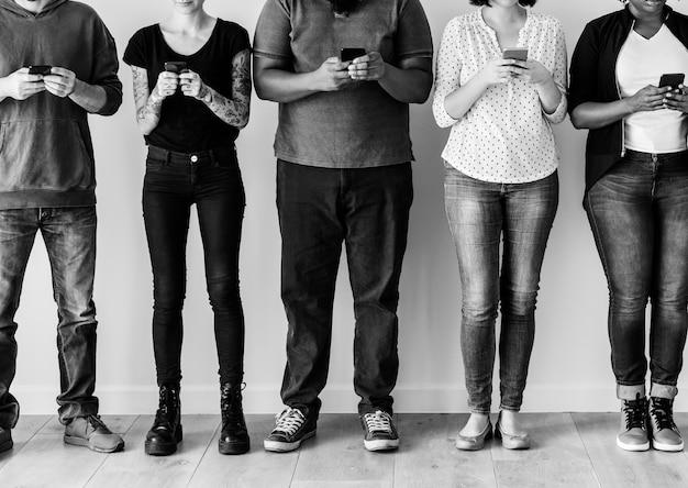 Groupe de personnes utilisant un téléphone portable