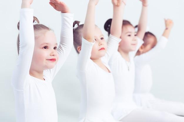 Un groupe de petites filles s'exerce à l'école du ballet