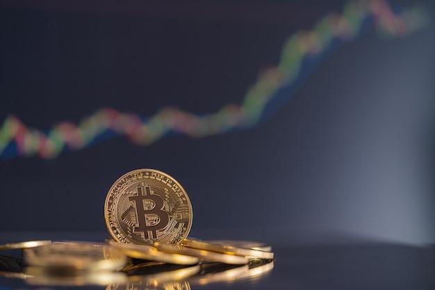 Groupe de pièces d'or bitcoin symbole de devise crypto et graphique boursier chandelier vers le haut tendance gagner stock