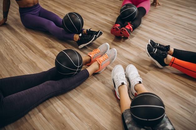 Groupe de pilates dans une salle de sport