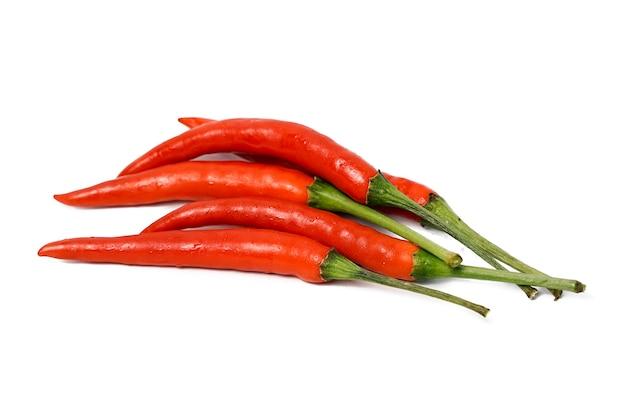 Groupe de piments rouges frais isolé sur fond blanc