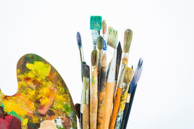 Groupe de pinceaux sales avec palette
