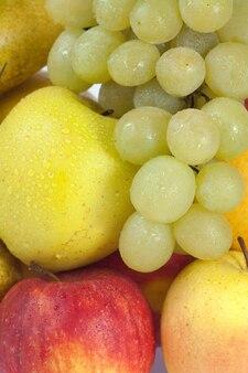 Groupe de plan rapproché des fruits humides d'automne (raisins, pommes, poires)