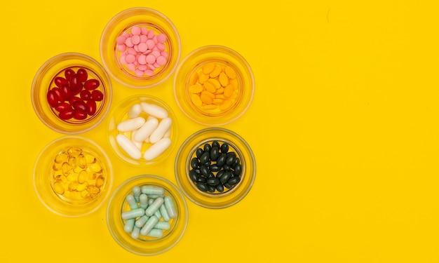 Groupe de plusieurs tailles de pilules en verre