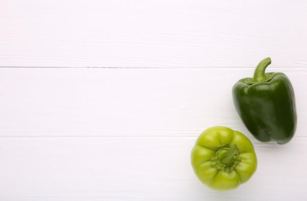 Un groupe de poivron vert sur fond blanc avec espace de copie