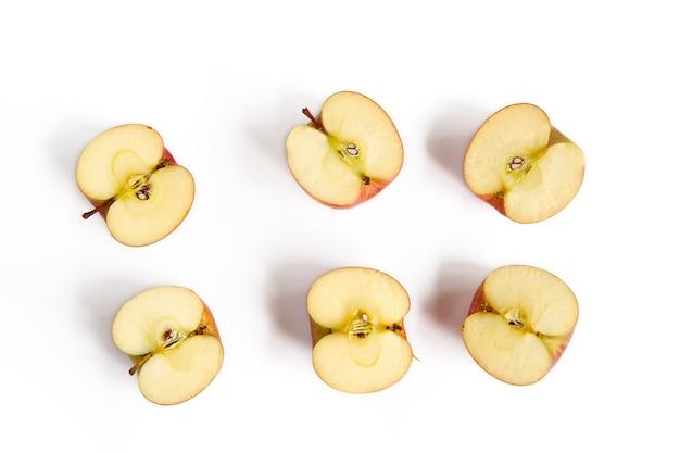Groupe de pommes coupées sur fond blanc