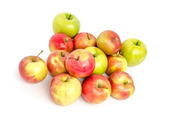 Groupe de pommes sur fond blanc.