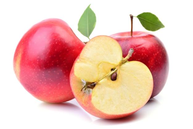 Groupe de pommes mûres rouges gros plan