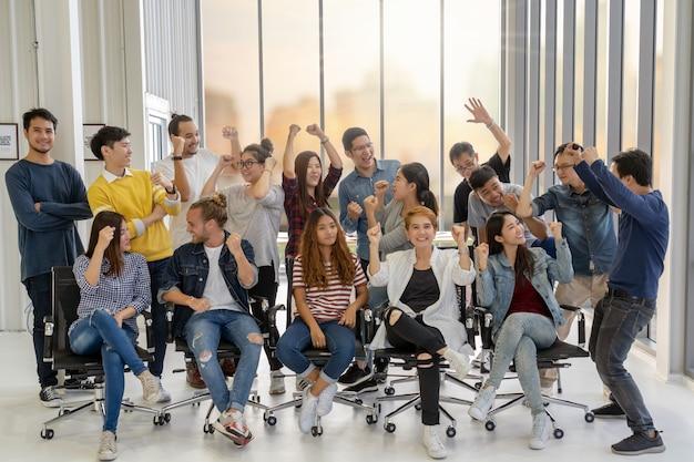 Groupe de portrait de gens d'affaires asiatiques et multiethniques avec costume décontracté en action heureuse
