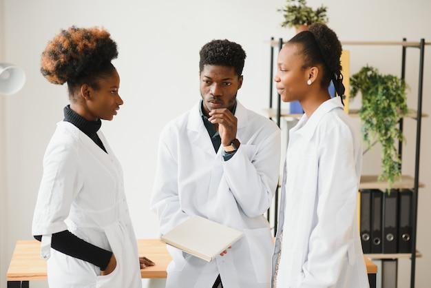 Groupe de professionnels de la santé travaillant ensemble
