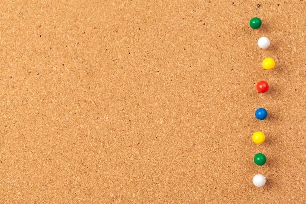 Groupe de punaises épinglées sur du liège